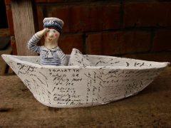 лодка с матросом из керамики